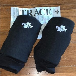 🆕⭐️KNEE GUARDS⭐️Set of 2 NWT Black by TRACE ADAMS